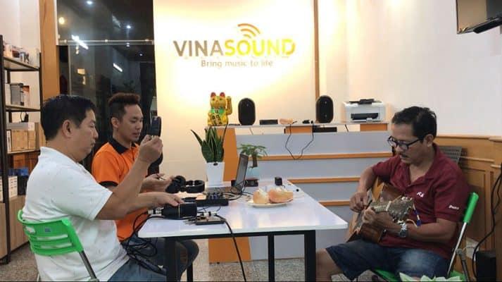 Khách hàng mua hàng tại Vinasound | Ảnh : Vinasound.vn